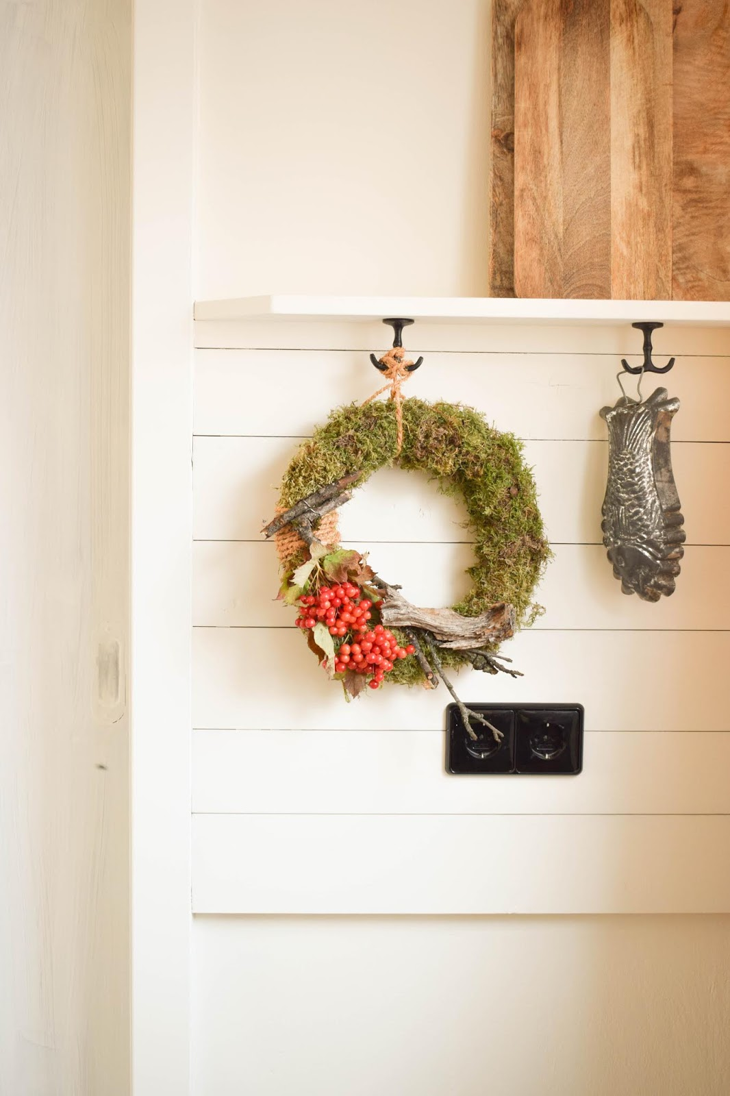 DIY Mooskranz einfach selber machen mit Moos Beeren Holz und Sisal. Naturdeko Anleitung zum Kranz binden. Dekorieren mit Natur. Deko Küche herbstdeko