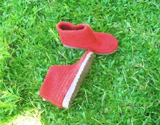 sapato tricotado, tingido e feltrado número 35 na grama verde