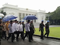 Bukan Tenda Biru, Tapi Payung Biru