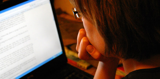 JANJI-JANJI BESAR  Membuat janji sederhana apa yang akan Anda tawarkan untuk pembaca Anda. Tidak membesar-besarkan. Jangan membuat janji-janji yang tinggi atau berlebihan.   Dari sebuah blog tentang blogging, newbie blogger ingin cara dan tips untuk berhasil dalam blogging tanpa membayar banyak.   Mereka ingin berhasil tanpa melakukan begitu banyak pekerjaan yang sulit. Jadi harus meyakinkan mereka, jika mereka mengikuti Anda mereka akan belajar bagaimana bekerja smart untuk dunia blogging.   TIDAK ADA LINK INTERNAL DAN MEDIA SOSIAL  Banyak blogger tidak menaruh link internal di halaman about. Menempatkan link internal di mana hal ini diperlukan untuk mengirim mereka ke halaman blog Anda yang relevan. Tujuan Anda harus membuktikan nilai Anda dengan mengirimkan mereka ke salah satu halaman yang relevan dengan informasi yang Anda tawarkan.   Memilih tiga media sosial dan menempatkan link pada akhir halaman untuk mereka kembali. Ini sangat membantu hubungan Anda dengan pembaca Anda, jika Anda berhasil untuk mengesankan mereka.   Jadi ini adalah lima kesalahan umum mengenai halaman about (tentang). Mungkin ada beberapa lagi lebih relevan dari ini, silahkan Anda tambahkan pada kolom komentar.   Ini hanya sebuah postingan biasa yang mencoba untuk bisa menghindari beberapa kesalahan tersebut jika Anda belum menulis.   Jika Anda telah menulis semua itu, Anda hanya perlu melakukan pengeditan dan menghapus kesalahan-kesalahan tersebut jika hal itu berada di halaman about (tentang) blog Anda.