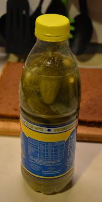 ogórki kiszone w butelce