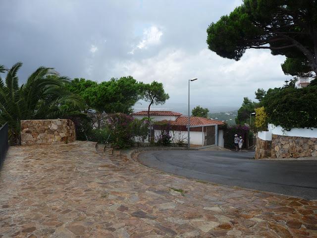 Дорога к сторожевой башне на горе Сант Жоан в Бланесе