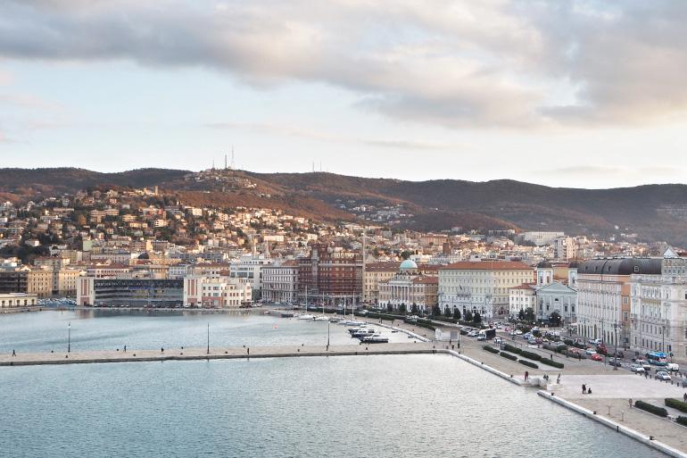 Vue sur le port de Trieste depuis le navire de croisière MSC Seaside