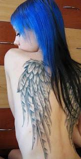 cabello azul y tatuaje de alas en la espalda