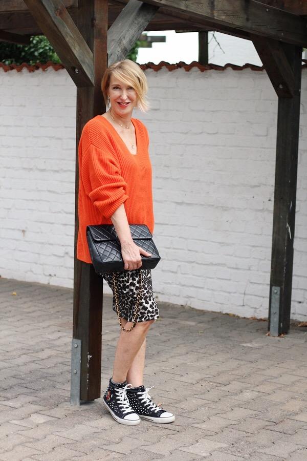 Oranger Pullover mit Leo-Muster kombiniert