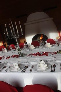 Kaminfeuer, Herbsthochzeit in den Bergen von Garmisch-Partenkirchen, Hochzeitslocation in Bayern, Riessersee Hotel - Bordeaux, rote Rosen, herbstlich