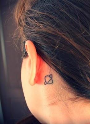 tatuaje oreja planeta
