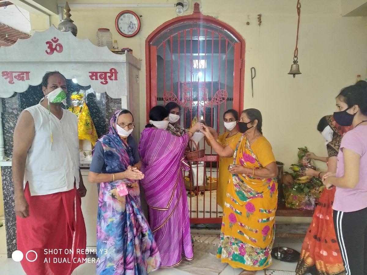 श्रावण का दुसरे सोमवार को सोश्यल डिस्टेंसिंग के साथ किया भोलेनाथ का अभिषेक