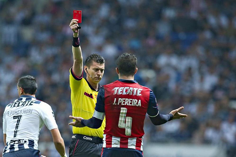 Jair Pereira es expulsado en juego contra Rayados.