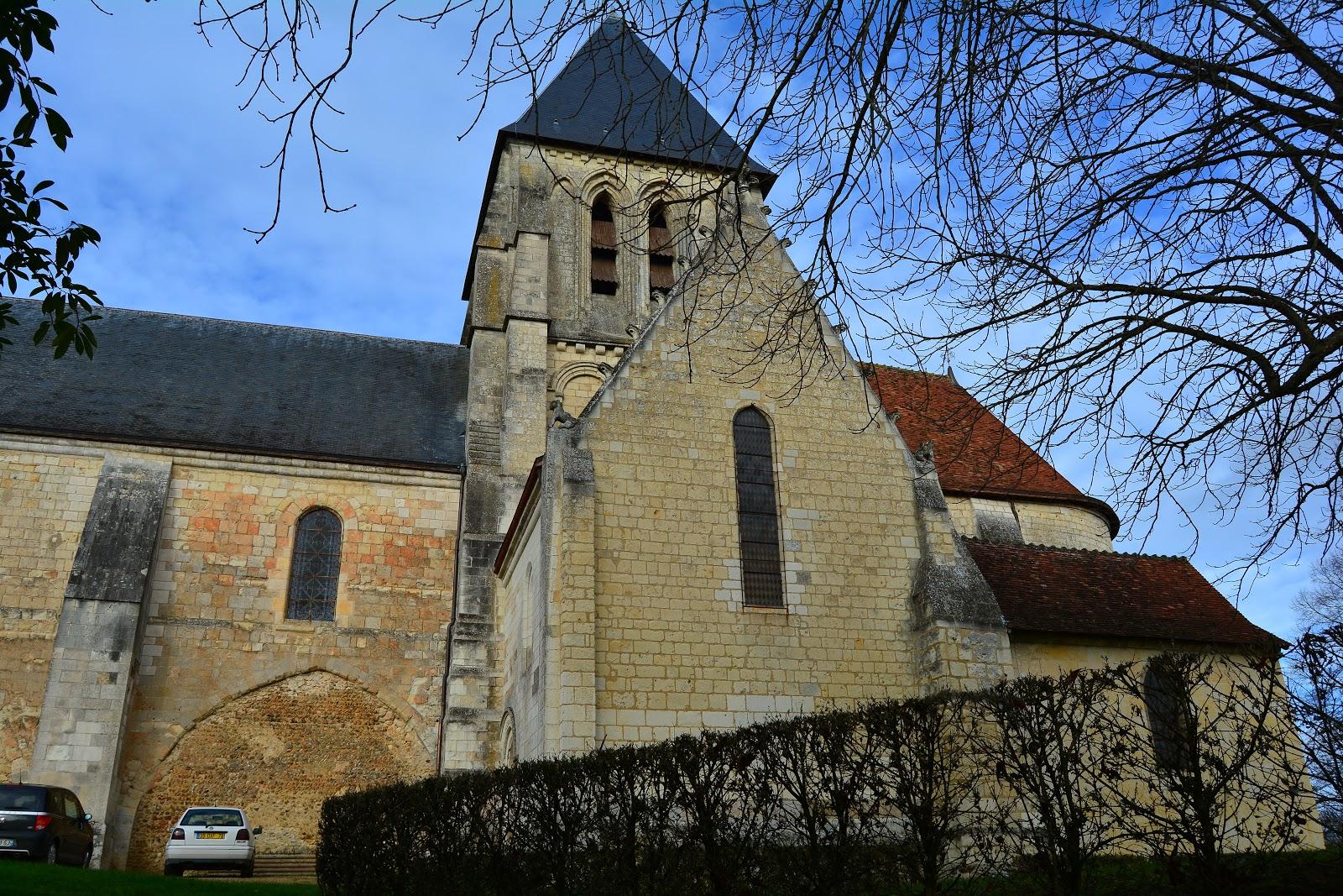 La collégiale Saint-Martin est située au sommet du village, sur le coteau de tuffeau. Elle fut fondée au XIème siècle par Geoffroy Plantagenêt, en pierre de taille du sous-sol du village. Le clocher est très récent car l'ancien reçut malheureusement la foudre.