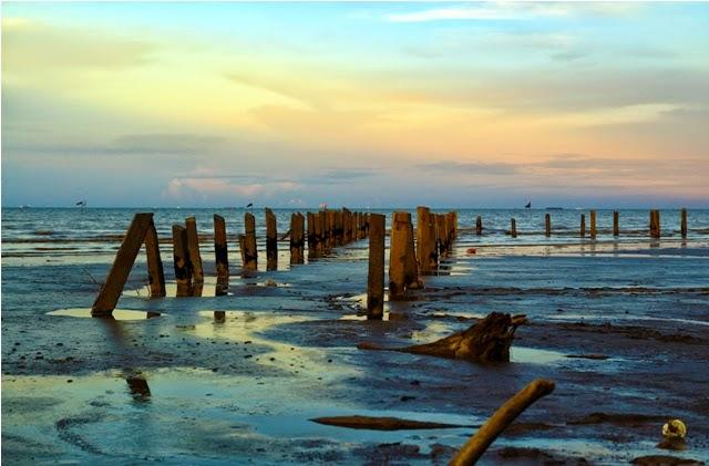 Sisa tiang dermaga di Pantai Tanjung Limau