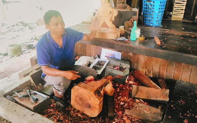 pengukir patung kayu kaum mah meri