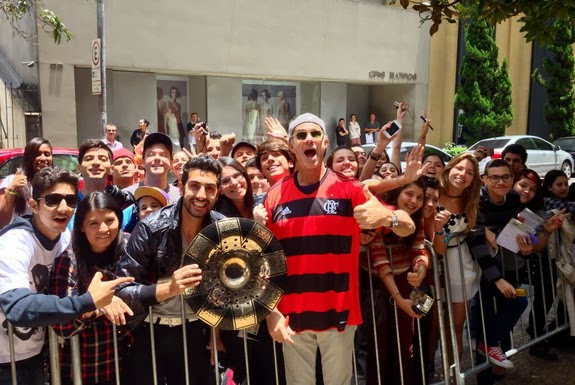 Red Hot Chilli Peppers drummer Chad Smith wears the Flamengo shirt with fans