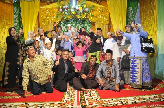 Indonesia  With the big family in wedding ceremony  Indonesian traditions  Pinterest