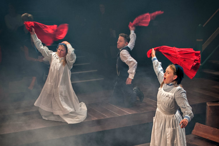 The Railway Children, Beth Lilly, Rozzi Nicholson-Lailey and Izaak Cainer, credit Anthony Robling