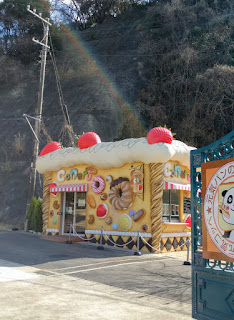 お菓子の家をモチーフにした店舗外観