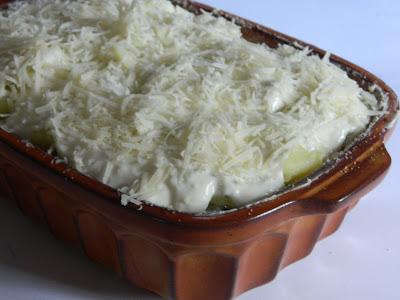 Cartofi in straturi cu spanac si sos de branza