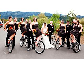 групповая свадебная фотография на велосипедах