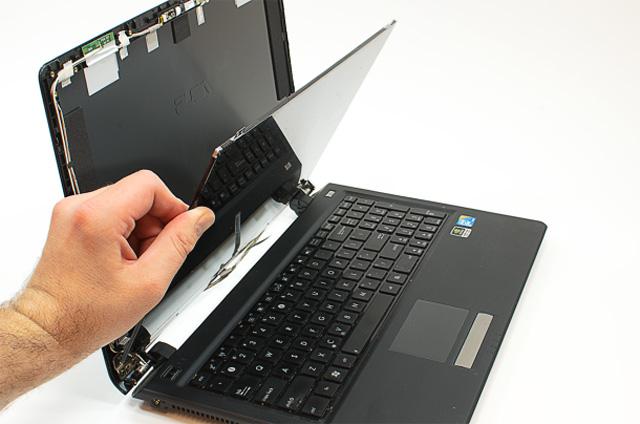 é preciso avaliar se há pixels mortos, trincados, rachaduras, manchas na tela do notebook gamer usado