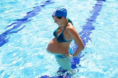 Natación y embarazo: ¿son compatibles?