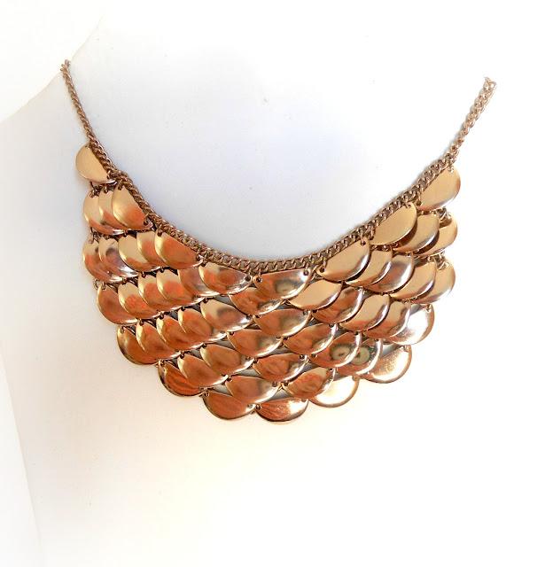collar-dorado-escamas