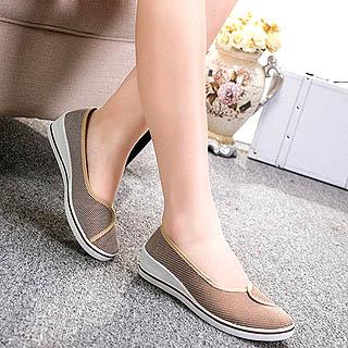 Memakai sepatu flat wanita untuk kuliah