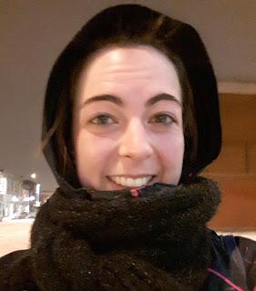 Jeune femme souriante et fatiguée, en ville, l'hiver