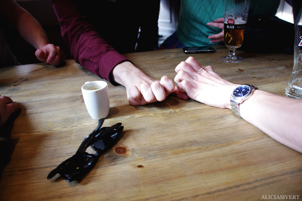 aliciasivert, alicia sivertsson, london med grabbarna, england, pub, beer, hands