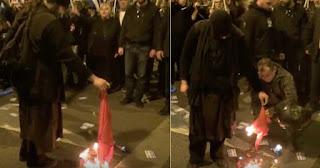 Ο πάτερ Κλεομένης έκαψε την τουρκική σημαία παρουσία της Χρυσής Αυγής