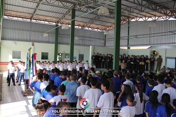 Momento Cívico na escola Irmão Maria Felícitas