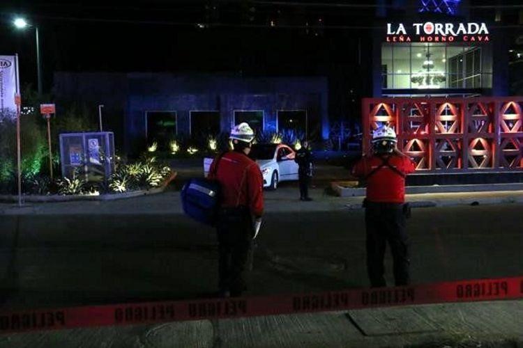 """TRAIA GORRA con letras """"FBI"""" y lo EJECUTARON SALIENDO de RESTAURANTE en SAN PEDRO, NUEVO LEON"""