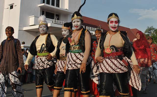 Sejumlah tokoh wayang bikin heboh balaikota Banjarbaru. Tokoh dalam wayang jawa ini mendadak muncul dan ikut dalam pawai budaya pada gelaran Banjarbaru Creative Expo 2017, Minggu (22/10). Praktis, kehadiran mereka pun membuat suasana seremonial pembukaan event ini semakin meriah.