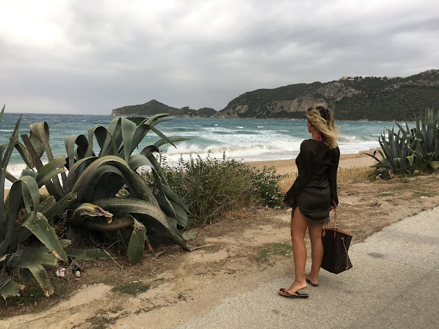 Canadian fashion blogger, summer street style, what to wear in hot weather, what to wear to beach, simple summer outfit, how to wear slides, slides with ruffles, welcome to 30s club, korfu, krf, grcka, greece, greek islands