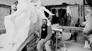 Auguste Rodin en su taller de escultura.