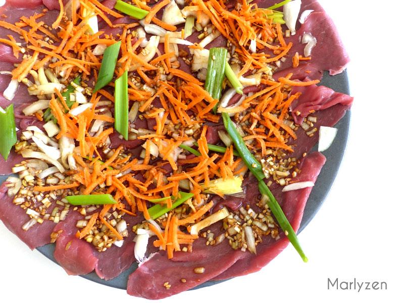 Mélangez viande, carotte, oignon et oignon vert avec la marinade.