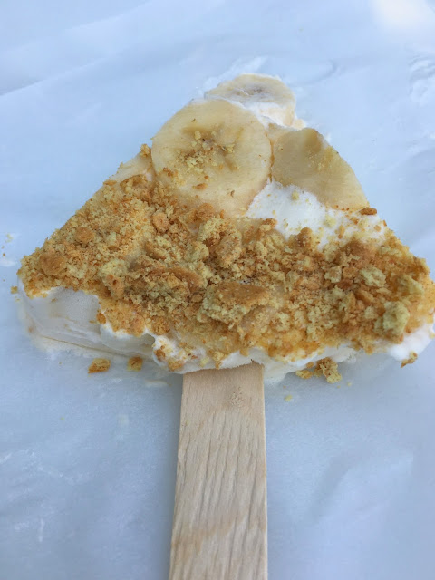 Delicious Banana Cream Pie Pops! Homemade pie pops are the perfect summer treat!