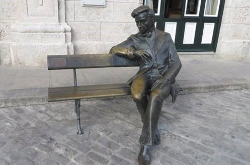 Bytes Readers Write And Statues On Benches