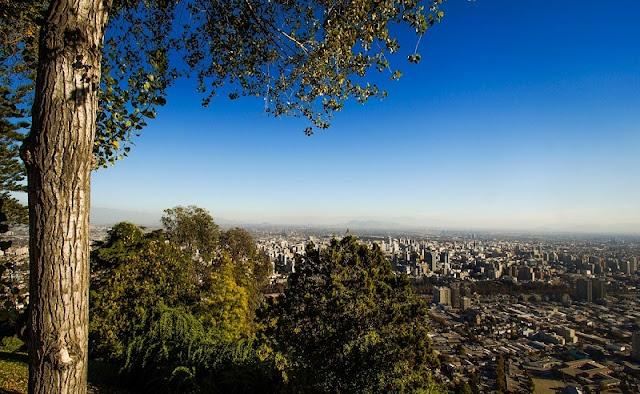 Passear no Cerro San Cristóbal em Santiago no mês de novembro