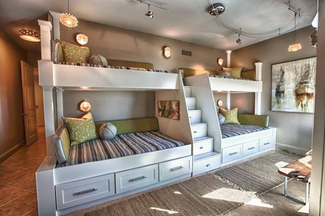 Grande chambre avec quatre lits superposés