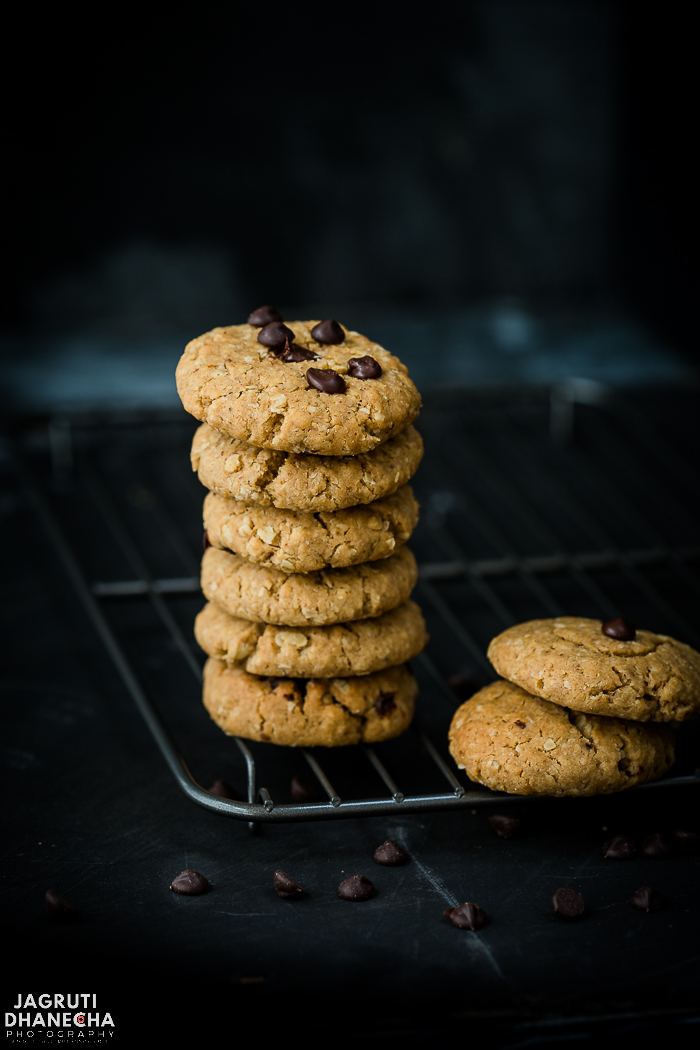 The recipe of these vegan chocolate, peanut and oats cookies is really easy and quick to make. Crispy outside and chewy inside and just right for those sweet cravings!