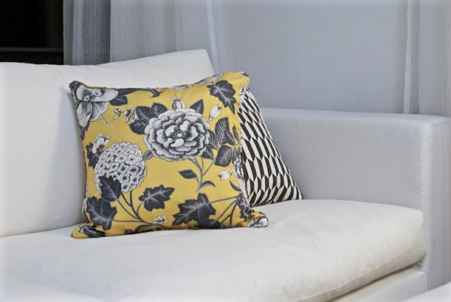 zicos, keltainen, graafinen, valkoinen sisustus, svanefors, valkoinen sohva