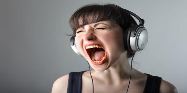 Θόρυβος και δυνατή μουσική κουφαίνουν τους νέους