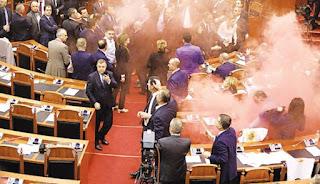 Ξύλο και καπνογόνα στην Αλβανική Βουλή