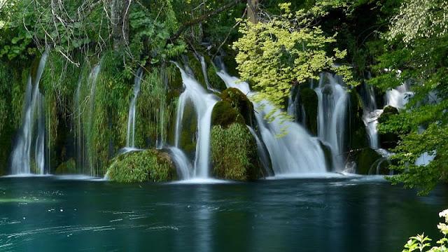 Plitvice Lakes National Park dengan danau dan air terjun yang saling menyatu menghasilkan pemandangan yang luar biasa indah