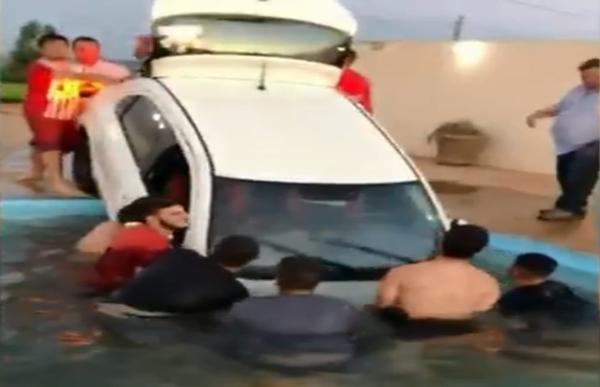 Carro cai em piscina