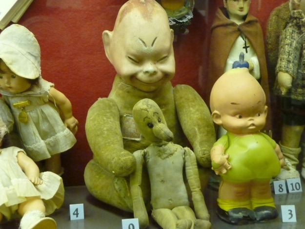 Seleção de brinquedos assustadores ou que vieram danificados