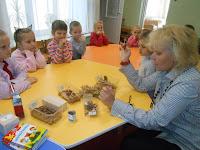 бібліотекар разом з дітками в дитсадку робить осінні поробки