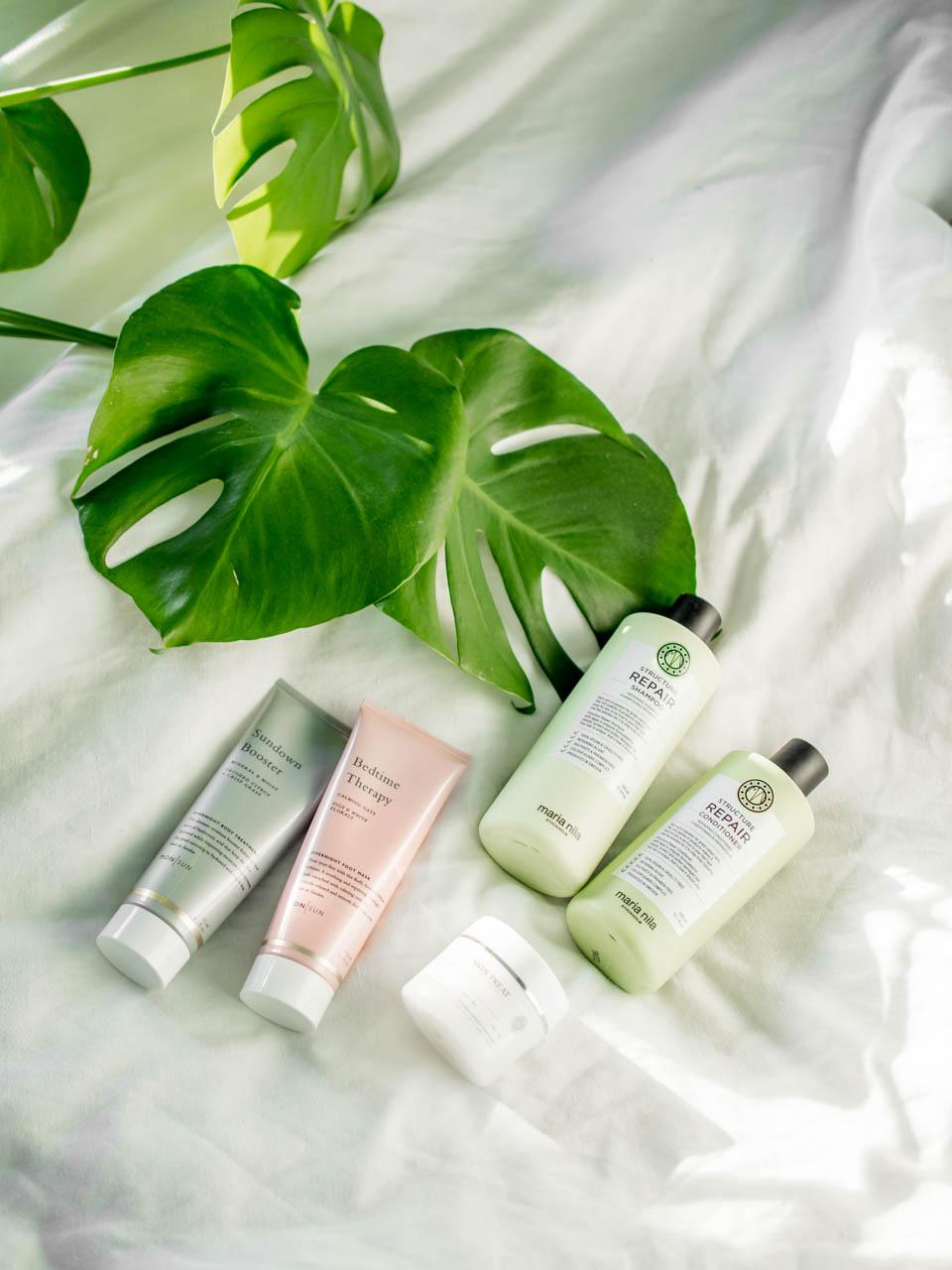 Beauty products flatlay: Maria Nila, MON SUN, Skin Treat - Ihonhoito, vartalonhoito, hiustenhoito