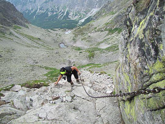 Łańcuch wprowadzający w skalną rynnę.