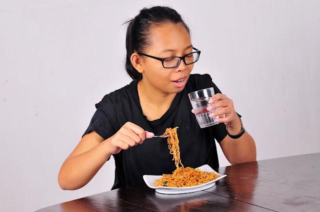 Awas! Jangan Minum Disela-sela Makan, Ini Bahayanya!
